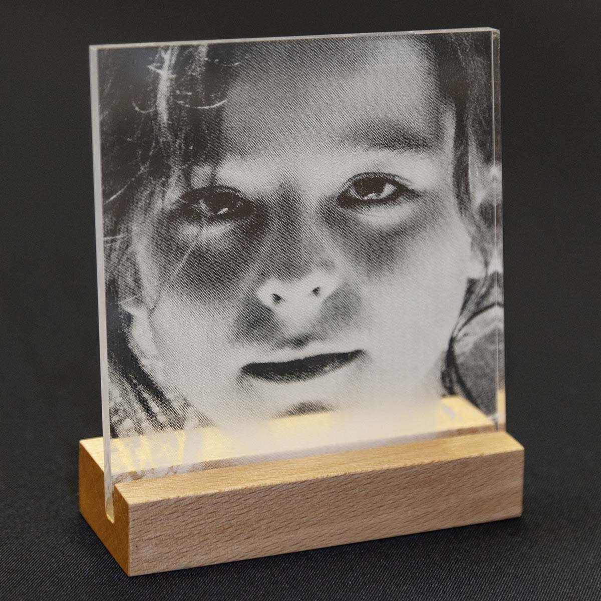 Lasergravur Foto in Acrylglas mit Buchenholz Sockel